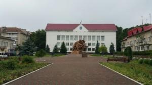 Пам'ятник Тарасу Шевченку перед тлумацькою районною радою