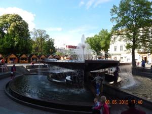 Цей чудовий фонтан - подарунок місту і відпочинок для людей