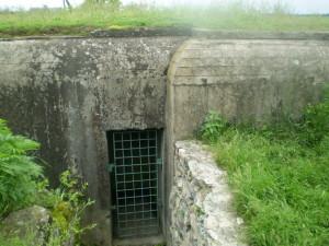 Вхід до кулеметного ДОТу на Жванецькому замку