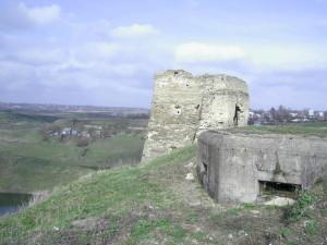 Кулеметний ДОТ і північна вежа Жванецького замку