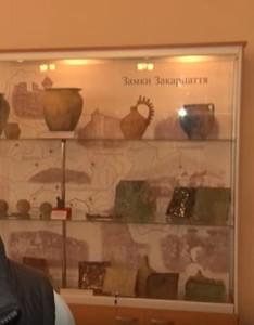 Стенд археологічних знахідок на замках Закарпаття