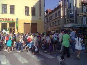 Прочани йдуть до Крилоса по вулиці Галицькій в Івано-Франківську (2014 рік)