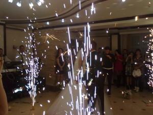 Нова традиція - весільний фонтан з іскор, феєрверк у приміщенні