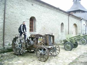 Виставка зброї і старої техніки у Меджибіжському замку