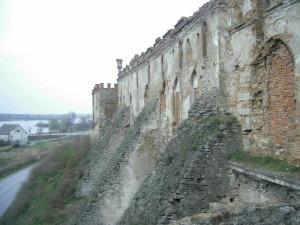Контрфорси біля південної стіни