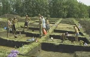 Розкопка великої площі стародавнього поселення