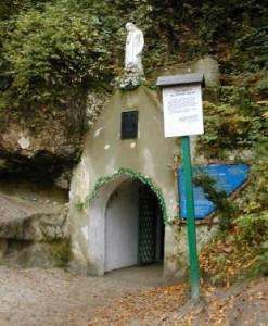 Вхід до печери, Страдч