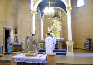 Богослужіння у Погоні, на стіні - чудотворна ікона Матері Божої