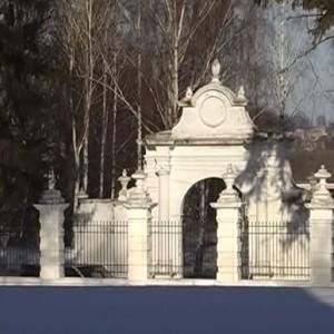 Брама палацу у Вишнівці
