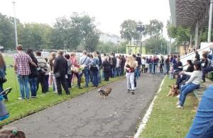 Глядачі на стадіоні Локомотив по вулиці миру