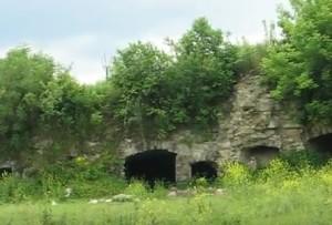 Каземати, вбудовані в оборонну стіну замку в Залізцях