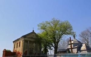 Костел і церква у Висічці біля залишків замку