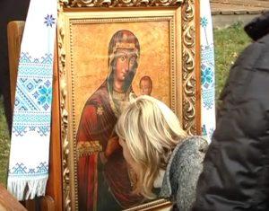 Прочани прикладаються до чудотворної ікони Матері Божої у Погоні
