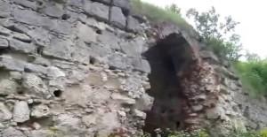 Стіна і брама замку в Залізцях