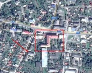 Тютюнова фабрика - у червоному прямокутнику, місце замку в Монастириськах, стрілкою позначено споруду міського відділу освіти, яка споруджена на місці старовинної споруди