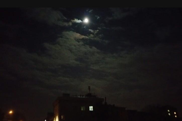 Місяць над вулицею Тичини