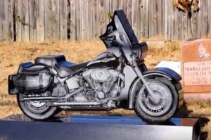 Необычный гранитный памятник - мотоцикл