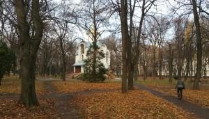 Невеличка церква або велика каплиця у парку Воїнів-інтернаціоналістів