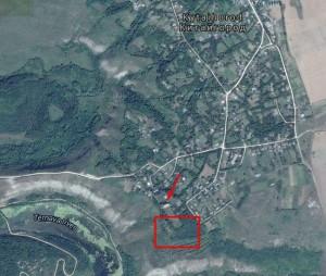 Розміщення замку у Китайгороді, у прямокутнику - руїни палацу на замчищі, стрілкою позначено костел