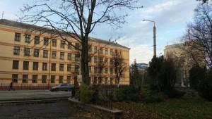 Тринадцята школа на вулиці Галицькій та Панорама Плаза вдалині