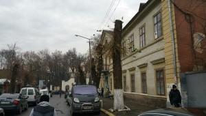 Вдалині - брама палацу Потоцьких