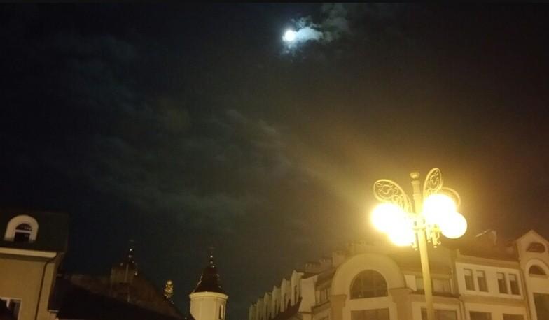 Вечір на площі Ринок