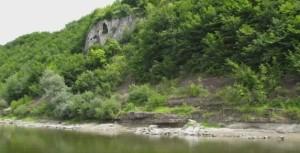 Біля Дністра багато печер, як от ця травертинова скеля в селі Стінка навпроти села Делева
