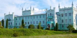 Палац у Білокриниці, видно залишки валів