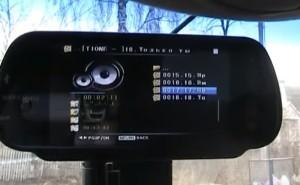 С помощью монитора-зеркала можно слушать музыку или смотреть фильмы