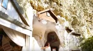 Печери скельного монастиря у Бакоті