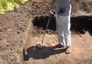 Провірка металодетектором долівки археологічного розкопу