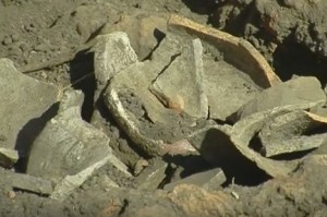 Розбиті трипільські горщики на місці - їх згодом можна буде склеїти