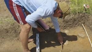 Розчистка деталей в археологічному розкопі
