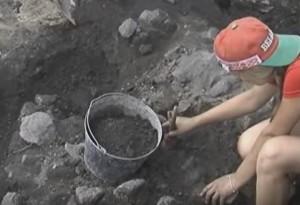 Розчистка розкопу пензликом