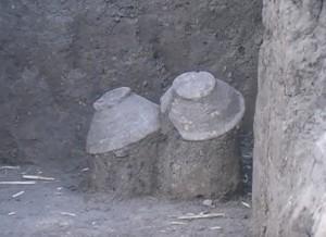 Стародавні миски в розкопі