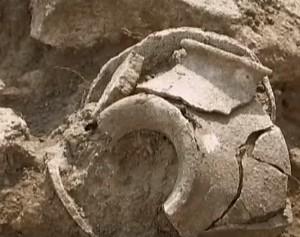 Стародавня посудина на археологічному розкопі