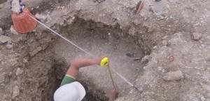 Вимір глибини ями на розкопках