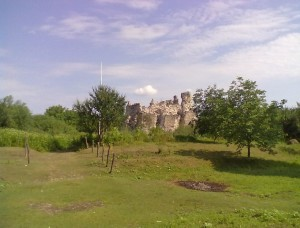 Середнянський замок, спереду видно вали