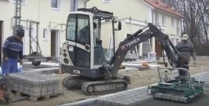 Укладка тротуарної плитки за допомогою екскаватора