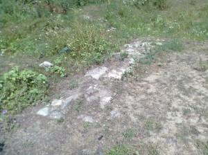 Залишки фундаментів на замчищі замку у Середньому