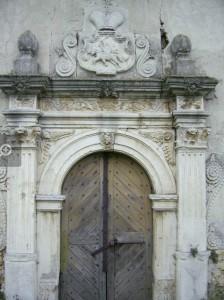 Вхід в чернелицький костел
