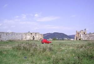 Двір замку, вдалині - Страгора із городищем