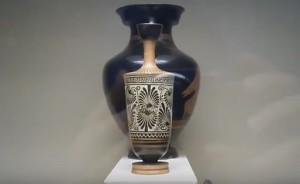 Краснолаковая и чернолаковая античные вазы