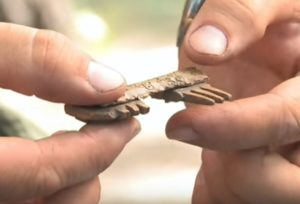 Кістяний гребінь з розкопок
