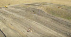 Розкопки кургану за допомогою техніки