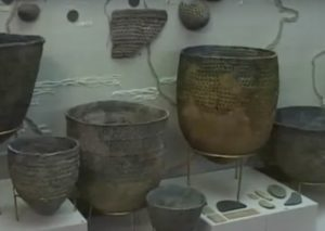 Археологическая витрина с сосудами
