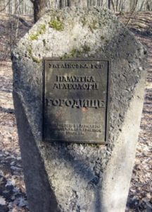 Пам'ятний знак в городищі в Мирчі