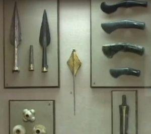 Вітрина зі зброєю та символами влади