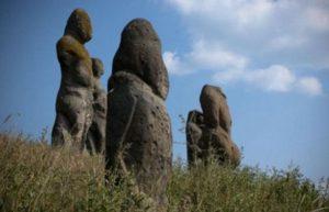 Каменные изваяния ставились на курганах