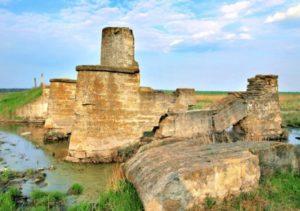 Руины каменного моста в Каирах